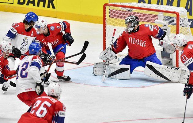 Michael Frolík (vlevo) střílí gól. Dále jsou zleva Johannes Johannesen z Norska a brankář Norska Henrik Haukeland.