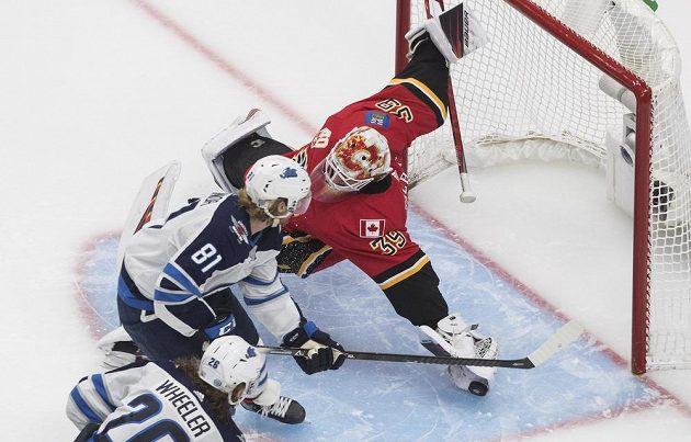 Brankář Calgary Cam Talbot kryje šanci Kyle Connora z Winnipegu.