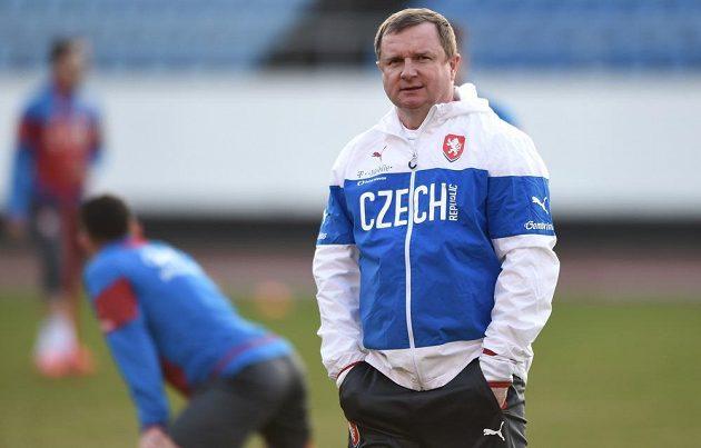Trenér Pavel Vrba během tréninku české fotbalové reprezentace před utkáním kvalifikace ME 2016 s Lotyšskem.