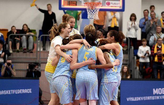 Basketbalistky USK Praha oslavují postup do finále Euroligy.