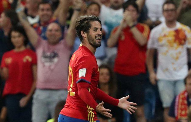 Španěl Isco se raduje z jedné ze svých branek proti Itálii.