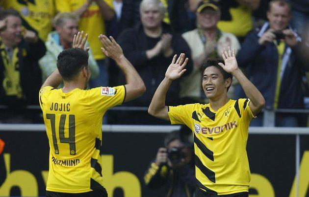 Šindži Kagawa (vpravo) a Miloš Jojič se radují ze vstřeleného gólu japonského záložníka v duelu s Freiburgem.
