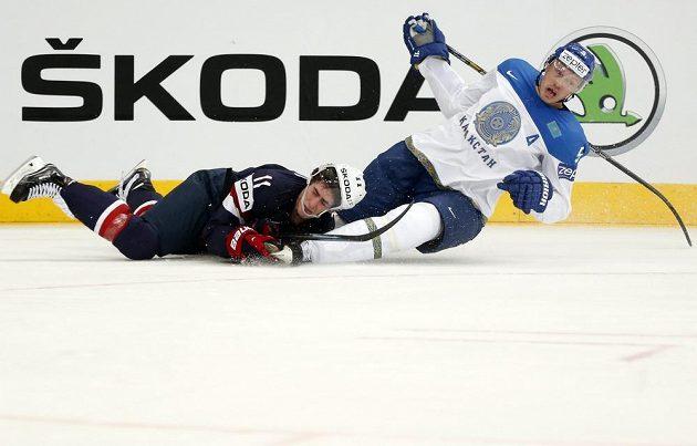 Americký útočník Brock Nelson (vlevo) v souboji s Kazachem Alexejem Litviněnkem.