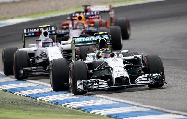 Takhle Rosberg zahájil a posléze i zakončil Velkou cenu Německa - stylem start-cíl suverénně zvítězil.