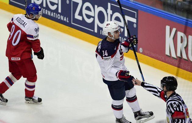 Americký reprezentant Auston Matthews (uprostřed) se raduje z gólu. Vlevo je český útočník Robert Kousal.