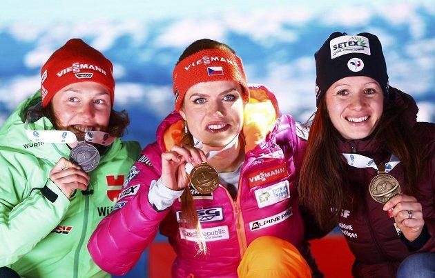 Nejlepší trio ze sprintu žen na biatlonovém mistrovství světa v Hochfilzenu. Mistryni světa Gabriele Koukalové dělaly společnost stříbrná Němka Laura Dahlmeierová a bronzová Anais Chevalierová.