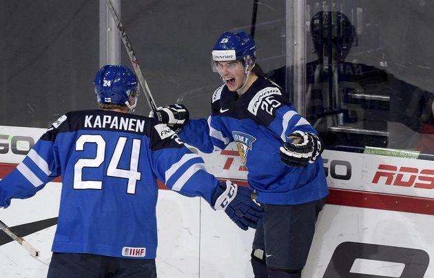 Finští útočníci Kasperi Kapanen a Julius Nattinen (vpravo) slaví gól proti Kanadě ve čtvrtfinále MS hráčů do 20 let.