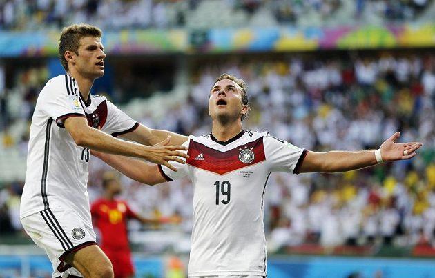 Mario Götze (dole) oslavuje gól do sítě Ghany se spoluhráčem z německého celku Thomasem Müllerem.