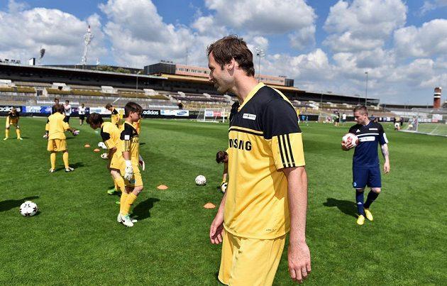 Brankář Petr Čech doléčuje zranění ramena, na devátém ročníku své letní fotbalové školy v Praze na Strahově ale nechyběl.