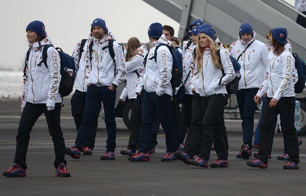 První část české olympijské výpravy před odletem do Soči na Zimní olympijské hry dne 30. ledna 2014 na kbelském letišti. (Vlevo je biatlonistka Veronika Vítková, třetí zprava Gabriela Soukalová).