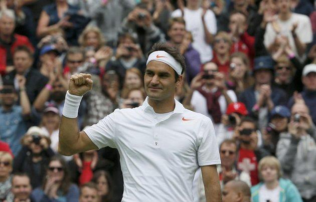 Vítězné gesto favorita Rogera Federera po výhře nad Victorem Haneskem z Rumunska.