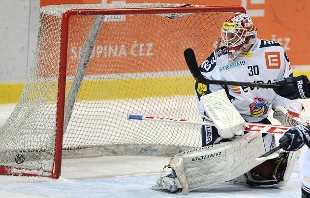 Utkání 28. kola hokejové extraligy: HC Vítkovice Steel - HC Energie Karlovy Vary, 6. prosince v Ostravě. Brankář Vítkovic Daniel Dolejš inkasuje druhou branku.