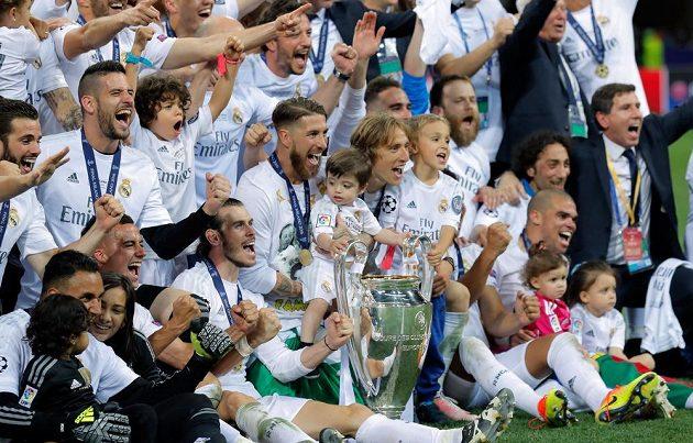 Fotbalisté Realu Madrid i s některými rodinnými příslušníky slaví vítězství v letošním ročníku Ligy mistrů.