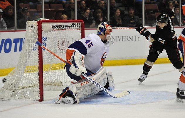 Útočník Anaheimu Andrew Cogliano (vpravo) střílí gól brankáři New Yorku Islanders Andersi Nilssonovi.