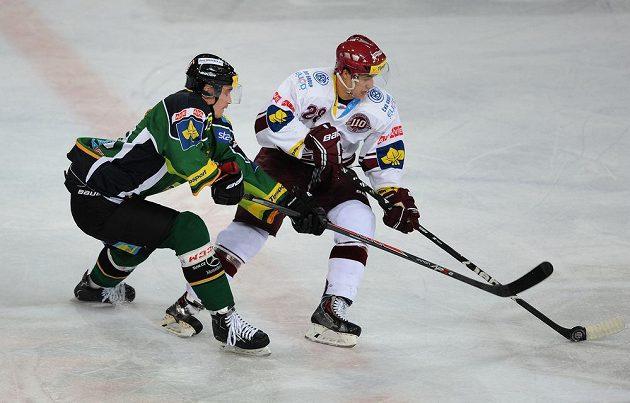 Karlovarský útočník Radim Hruška (vlevo) a Karel Kubát ze Sparty během extraligového utkání mezi HC Sparta Praha a HC Energie Karlovy Vary, hrané 3. listopadu 2013 v Praze.