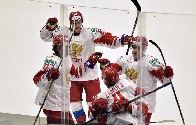 Hráči Ruska se radují z gólu proti Česku na MS do 20 let v Ostravě.