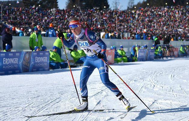 Eva Puskarčíková během sprintu při SP v biatlonu ve Vysočina areně.