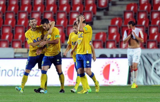 Hráči Teplice Admir Ljevakovič (vlevo) a Aidin Mahmutovič oslavují gól ve slávistické síti.