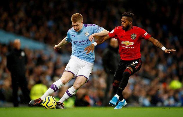 Domácí Kevin De Bruyne bouje o míč s Fredem z Manchesteru United