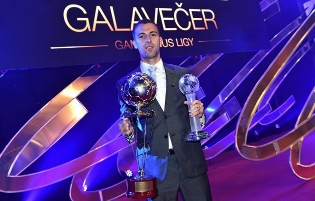 Záložník Sparty Praha Josef Hušbauer s cenami za nejlepšího hráče a střelce Gambrinus ligy ročníku 2013/14 během Galavečera Gambrinus ligy.