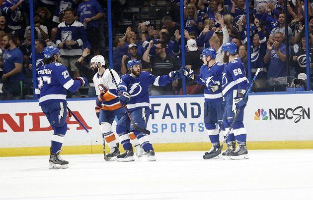 Český útočník Ondřej Palát přijímá gratulace spoluhráčů poté, co vstřelil gól v semifinále NHL do sítě New York Islanders. Tampa soupeře deklasovala poměrem 8:0.
