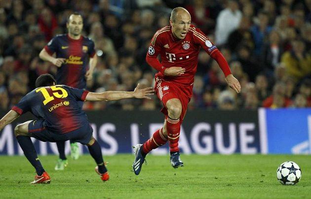Arjen Robben (vpravo) rozjíždí útočnou akci Bayernu.