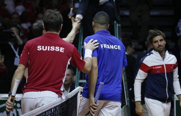 V úvodním finálovém duelu Davis Cupu zdolal Švýcar Stan Wawrinka (vlevo) Francouze Jo-Wilfrieda Tsongu.