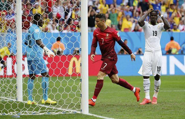 Ghaňané Fatawu Dauda (vlevo) Jonathan Mensah (19) nevěří svým očím - stoper John Boye (není na snímku) si vstřelil vlastní gól.