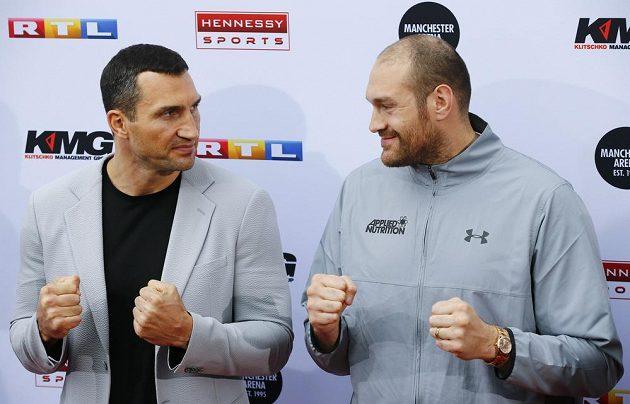 Vladimir Kličko (vlevo) a Tyson Fury. Velká bitva o titul nastane v červenci.