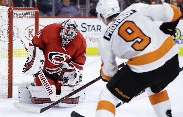 Český gólman Caroliny Petr Mrázek si poradil s šancí Ivana Provorova z Philadelphie v utkání NHL.
