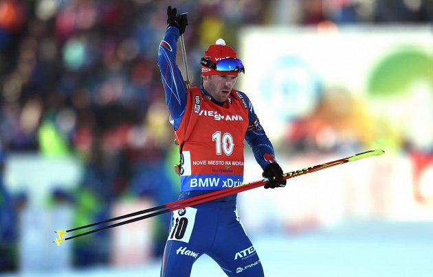 Michal Šlesingr se připravuje na střelbu během sprintu v rámci Světového poháru v biatlonu ve Vysočina Areně v Novém Městě.
