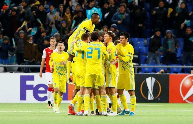 Marin Tomasov slaví se spoluhráči vyrovnávací gól Astany v souboji se Slavií v Evropské lize.