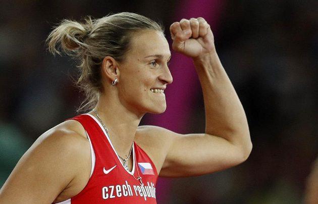 Radost mistryně světa! Barbora Špotáková slaví v Londýně zlato.