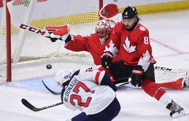 Fantastický zákrok gólmana Kanady Coreyho Crawforda proti střele Ryana McDonagha z USA.