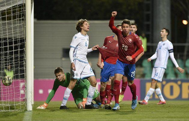 Adam Hložek jásá po gólu proti San Marinu.
