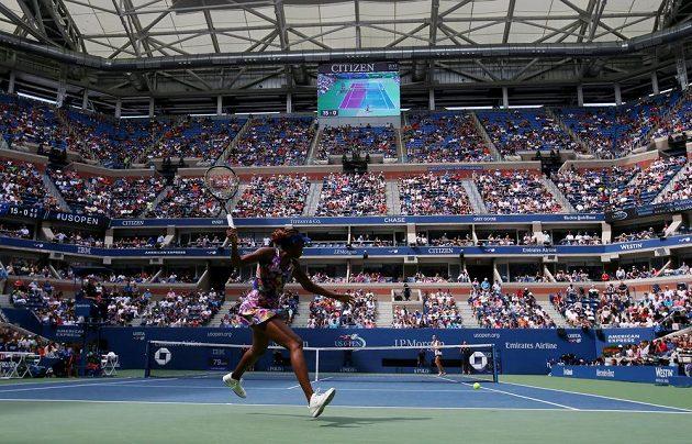 Pohled na zaplněný centrální kurt při utkání Karolíny Plíškové s Venus Williamsovou.