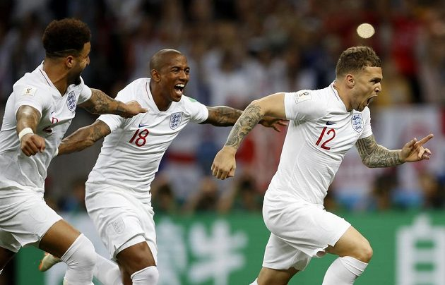 Radostný úprk Angličanů poté, co Kieran Trippier vstřelil vedoucí gól Anglie v semifinále MS s Chorvatskem.