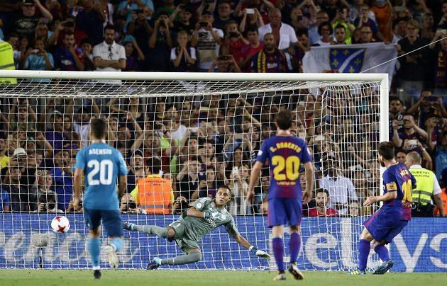 Lionel Messi proměňuje pokutový kop.