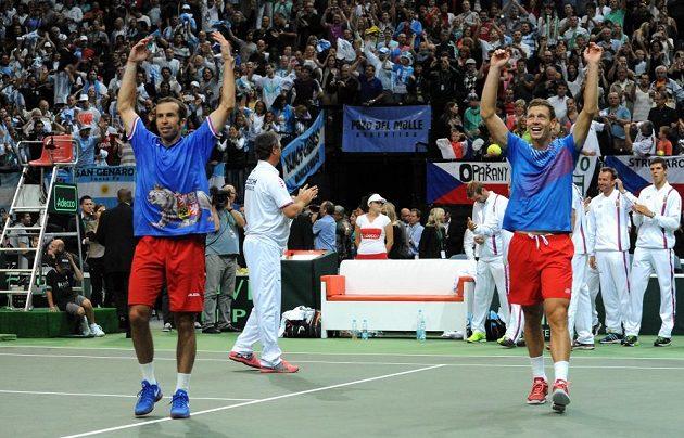 Čeští tenisté Radek Štěpánek (vpravo) a Tomáš Berdych se radují z postupu do finále Davis Cupu.