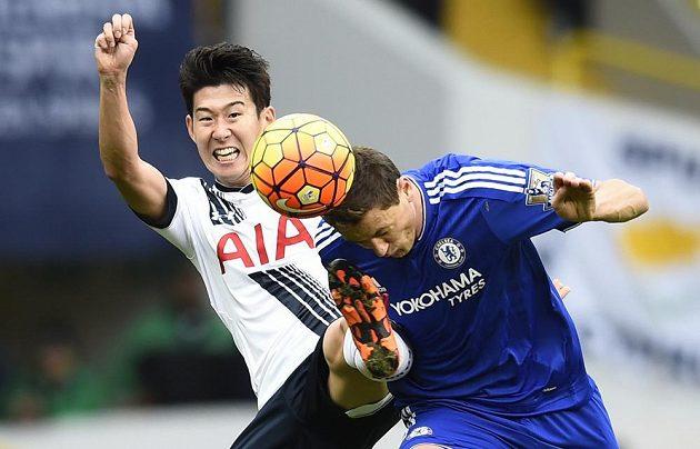 Tottenhamský Son Heung Min (vlevo) a Nemanja Matič z Chelsea.