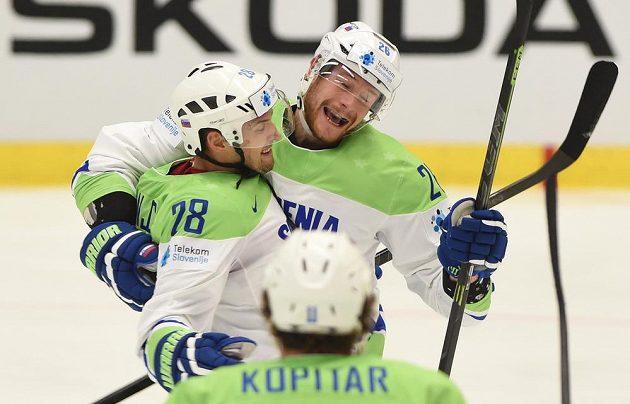 Slovinští hokejisté (zleva) Aleš Kranjc a Jan Urbas ze Slovinska se radují z prvního gólu proti Slovensku.
