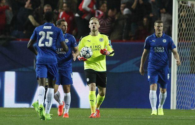 Brankář Leicesteru City Kasper Schmeichel poté, co chytil penaltu proti Seville.