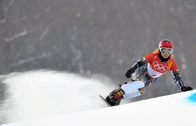 Ester Ledecká v akci při první kvalifikační jízdě paralelního obřího slalomu na ZOH v Pchjončchangu.
