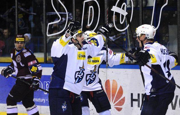 Hokejisté Kladna oslavují první gól během utkání Tipsport extraligy mezi HC Rytíři Kladno a HC Sparta Praha.