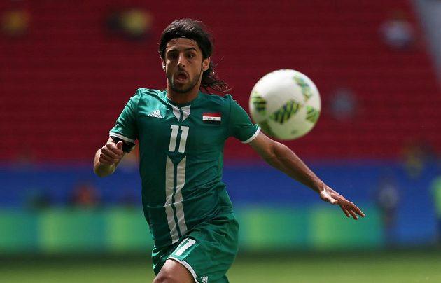 Irácký fotbalista Tareq Humam během utkání olympijského turnaje proti Dánsku.