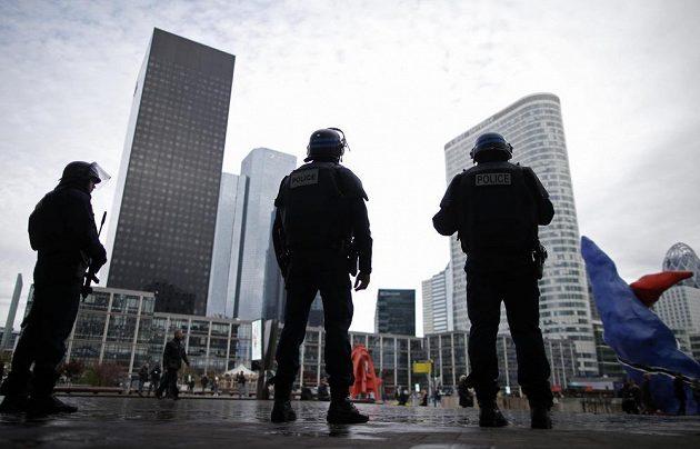 Francouzští policisté v pařížské čtvrti La Defense. Ilustrační snímek.