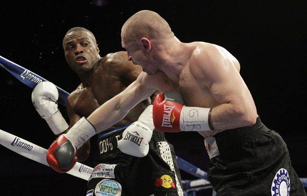 Lukáš Konečný útočí na Petera Quillina během titulového souboje ve Washingtonu.