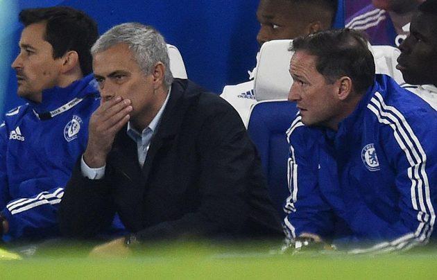 Trenér Chelsea José Mourinho jako by ani nechtěl uvěřit, co že se to děje na stadiónu Stamford Bridge při utkání se Southamptonem.