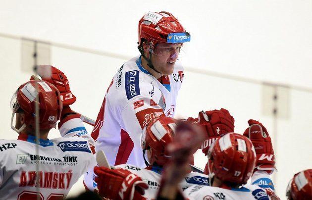 Třinecký útočník Kamil Kreps slaví se spoluhráči na střídačce gól proti Zlínu.