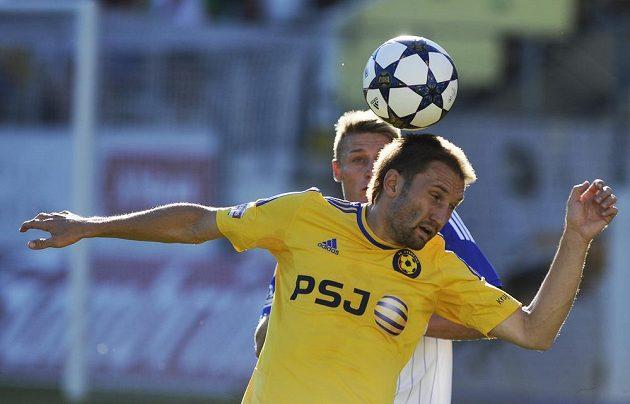 Marek Jungr z Jihlavy (ve žlutém dresu) hlavičkuje míč před znojemským útočníkem Markem Heinzem.
